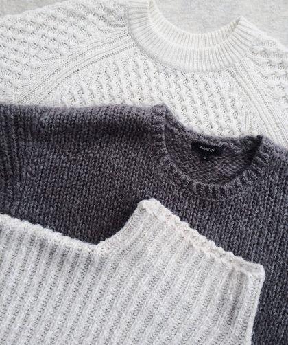 Las prendas de ropa básicas en el armario de una mujer